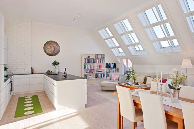 Пространство кухни в мансарде, ограниченное удобными шкафами