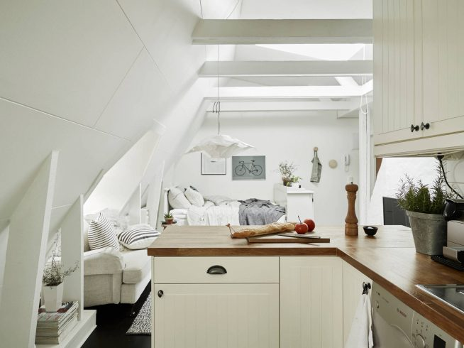 Вариант оформления кухни в мансардной студии