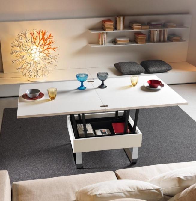 Удобный складной стол в гостиной мансардной квартиры