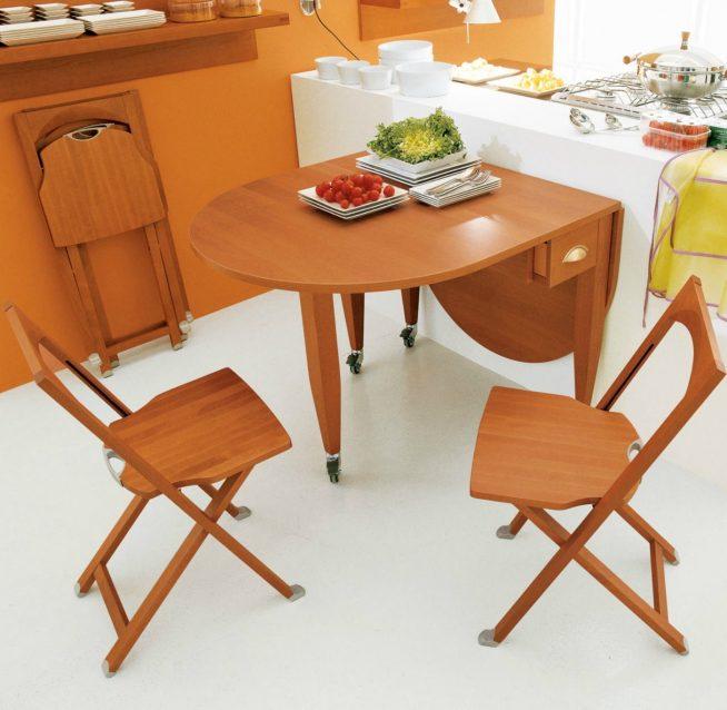 Складная мебель в кухонной зоне мансардной квартиры