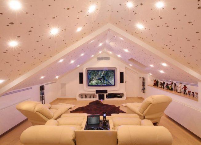 Изысканное оформление потолка мансардной квартиры точечными светильниками