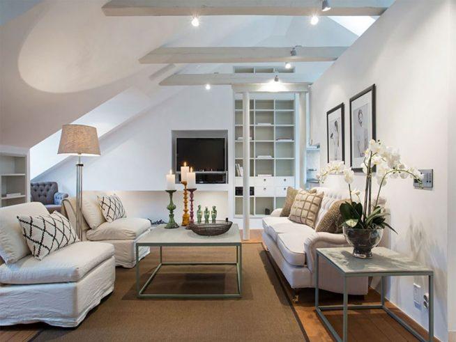 Уютное освещение гостиной в мансардной квартире