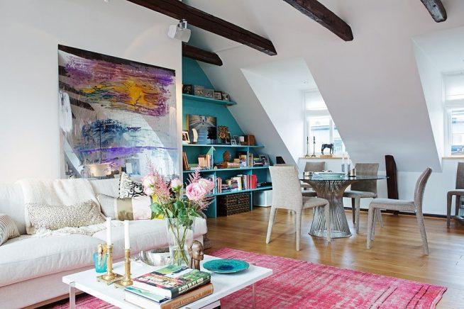 Картина на стене небольшой квартиры в мансарде