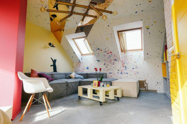 Дизайн стен однокомнатной картиры в мансарде