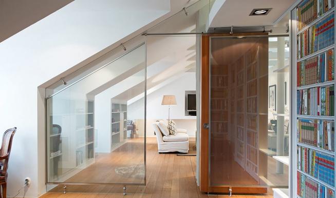 Стеклянные перегородки, разделяющие мансардную квартиру