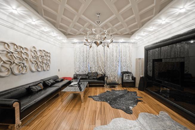 Гостиная в чёрно-белых тонах и с деревянным полом