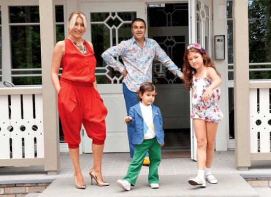 Гарик Мартиросян с семьей на крыльце дома