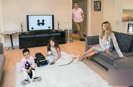 Гарик Мартиросян с женой и детьми в гостиной
