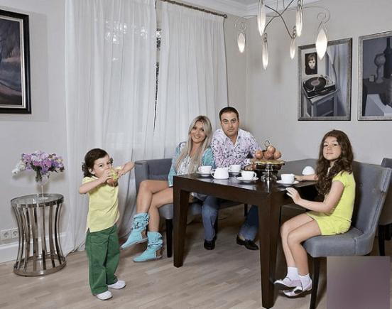 Гарик Мартиросян с женой и детьми за обеденным столом
