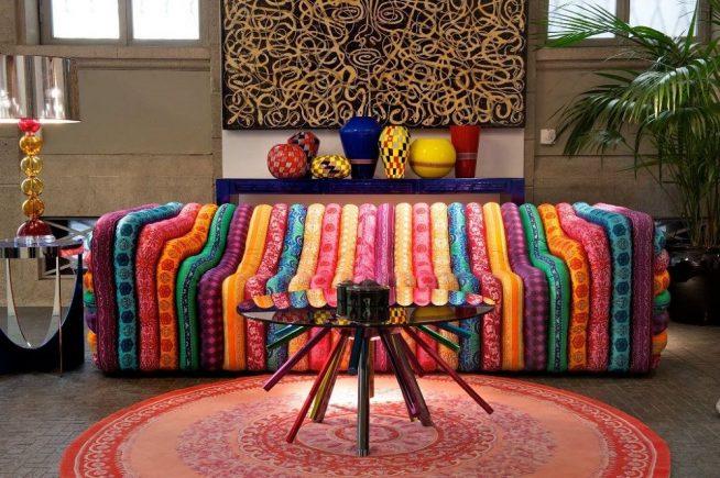 Стильный чехол для дивана, выполненный в технике лоскутного шитья