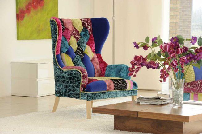 Кресло с лоскутной обивкой в современном интерьере