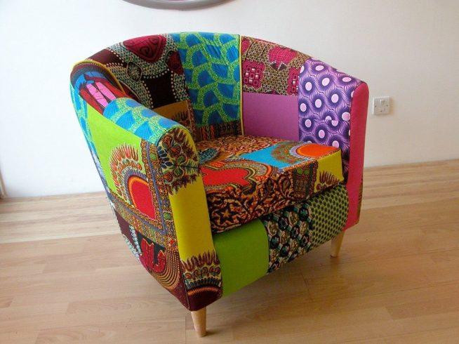 Кресло простой формы, обновлённое лоскутной обивкой
