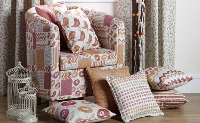 Кресло, оформленное лоскутным шитьём, в сочетании с диванными подушками