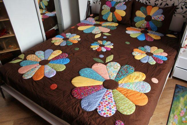 Кроватное покрывало с цветочным орнаментом из лоскутков