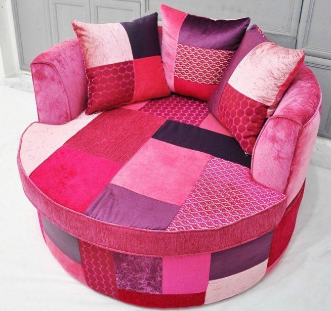 Небольшой круглый диван с обивкой лоскутным шитьём