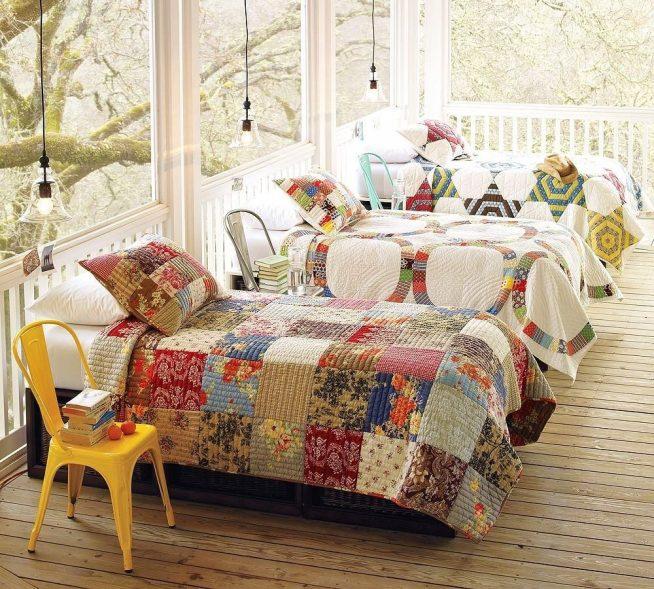 Детские кровати на даче, застеленные лоскутными покрывалами