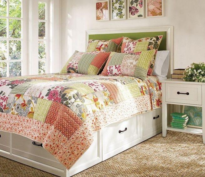 Шикарная спальня загородного дома, оформленная лоскутным шитьём