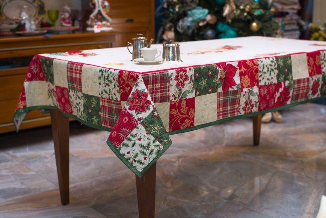 Обеденный стол под лоскутной скатертью