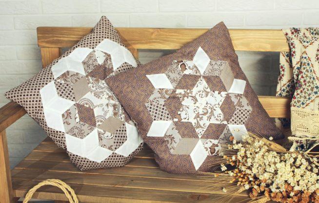Садовая лавочка с удобными и красивыми подушками