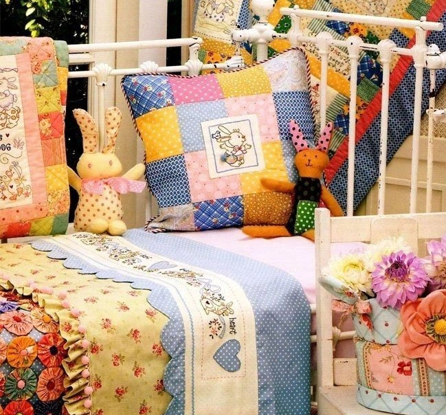 Оформление детской кровати лоскутным шитьём
