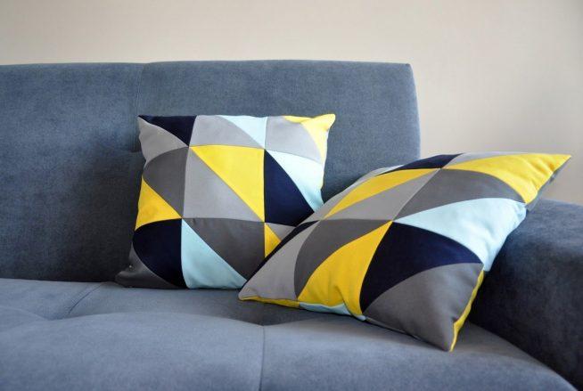 Гармоничное сочетание цветов дивана и подушек