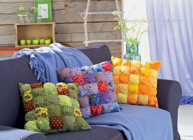 Диванные подушки, оформленные лоскутным шитьём, в дачном интерьере