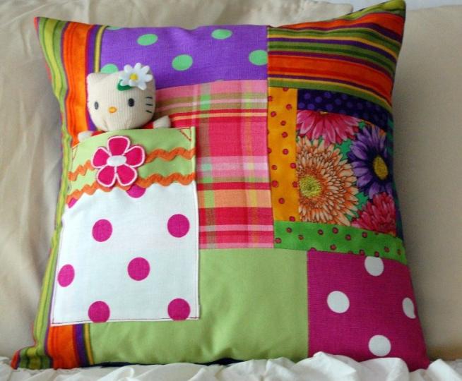 Милая подушка для детской кроватки