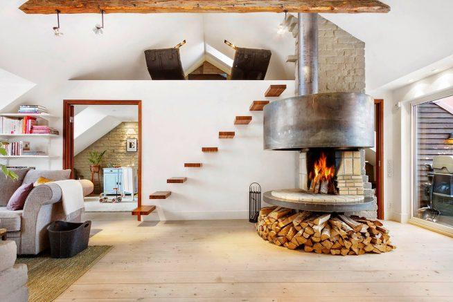 Дизайн камина в гостиной мансарды