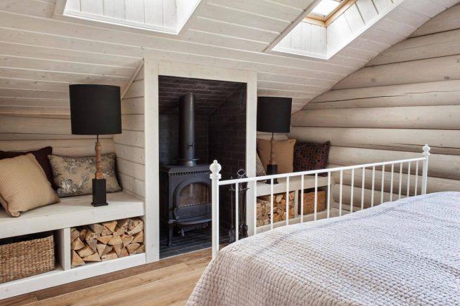 Встроенная печка в мансардной спальне