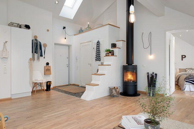 Металлическая печка в интерьере мансардной квартиры
