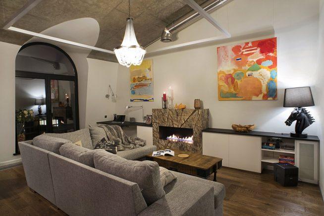 Вариант оформления биокамином мансардной квартиры