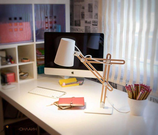 Настольная лампа на деревянной ножке