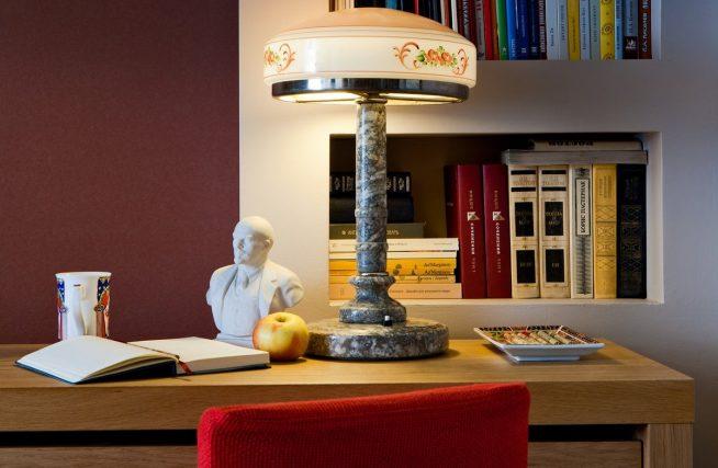 Лампа в стиле «ретро» из стекла и мрамора
