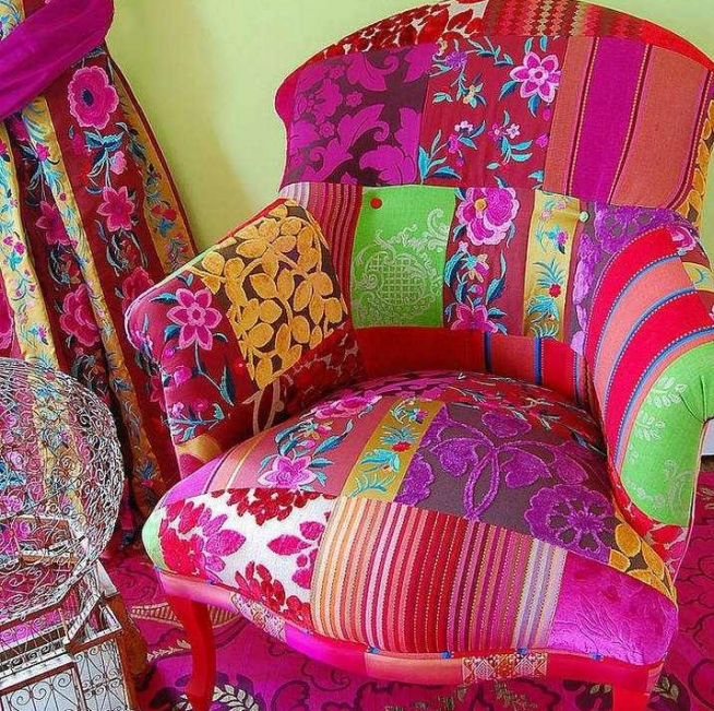 Эффектное сочетание расцветки штор и оформления кресла