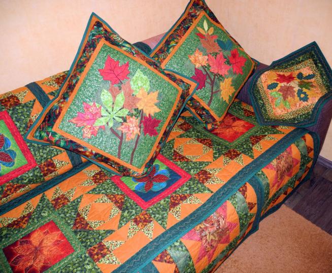 Оформление диванного чехла и подушек в деревенском стиле