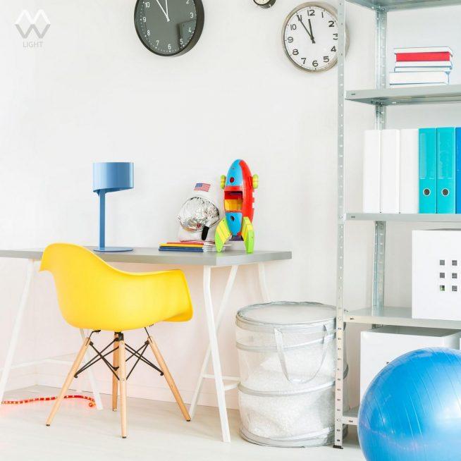 Маленькая металлическая лампа на столе детской комнаты