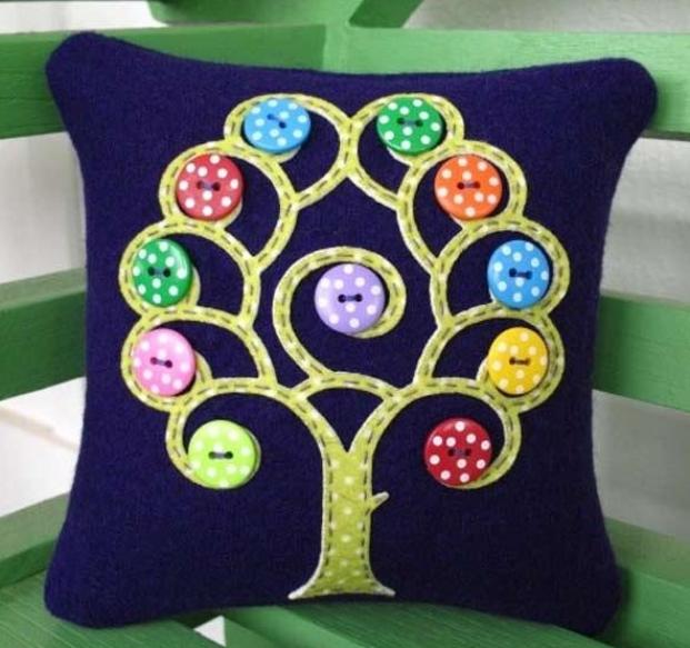 Подушка, украшенная аппликацией и цветными пуговицами