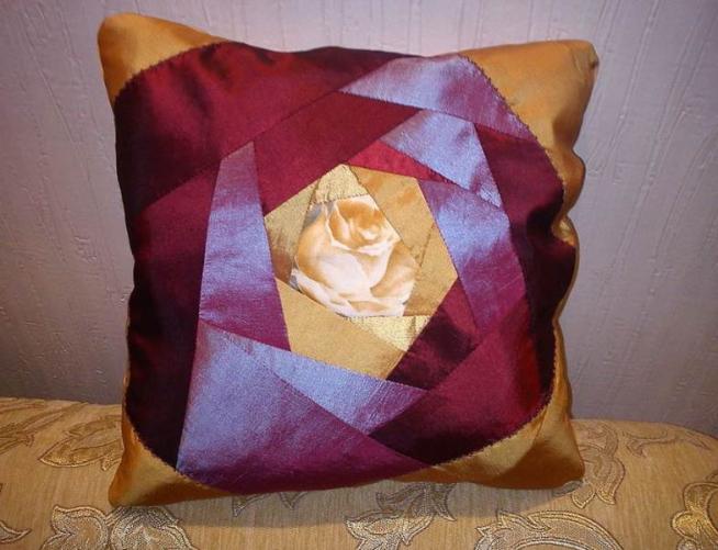 Лоскутная наволочка из шёлка, выполненная в технике «роза»