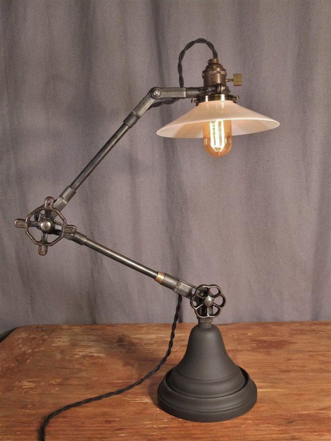 Оригинальный дизайн настольной лампы