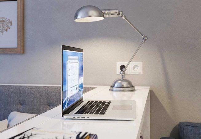 Настольная лампа на компьютерном столике
