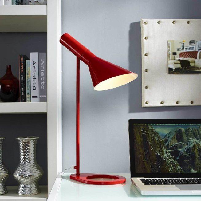 Лампа — яркое пятно в светлом интерьере