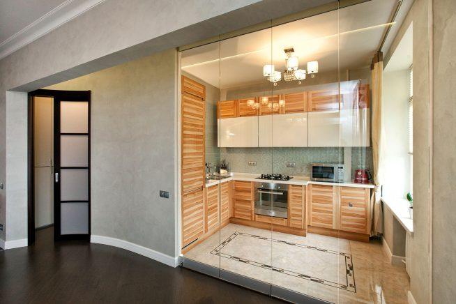 Стеклянная стена между гостиной и кухней