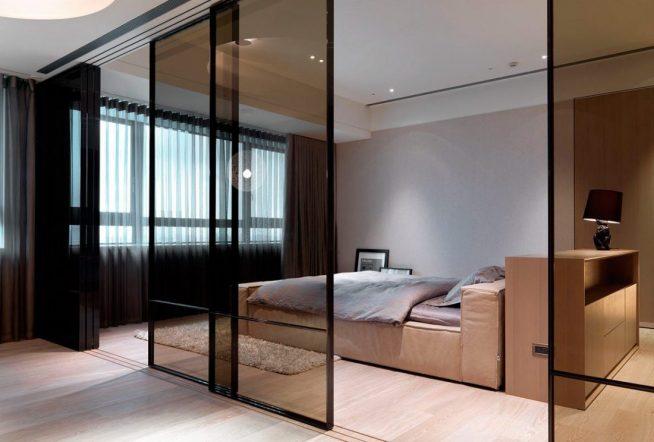 Стеклянная раздвижная перегородка между гостиной и спальней