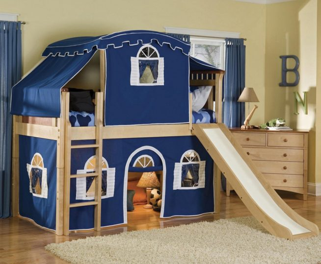 Кроватка для малыша с игровой зоной