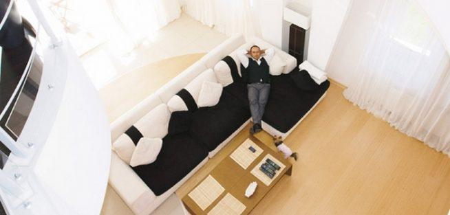 Дмитрий Нагиев в гостиной своего дома