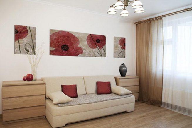 Вариант оформления светлой стены гостиной