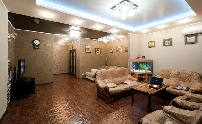 Красиво подсвеченный потолок в малогабаритной квартире