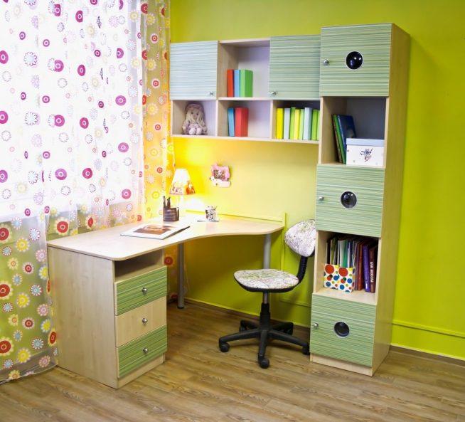 Стол в комплекте с небольшой мебельной стенкой