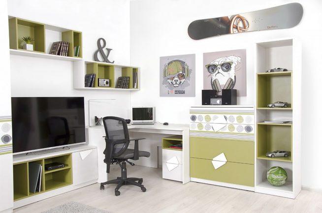 Небольшой встроенный стол, дополненный шкафами