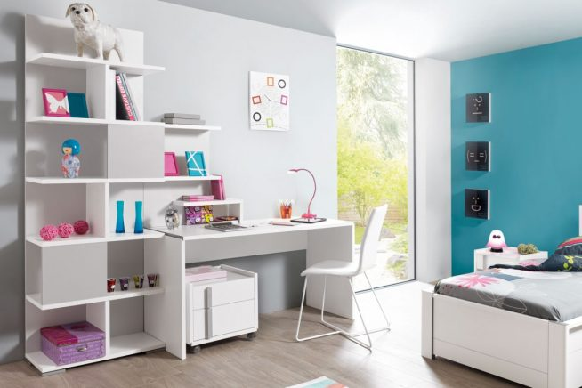 Компактный стол с полками в маленькой детской комнате